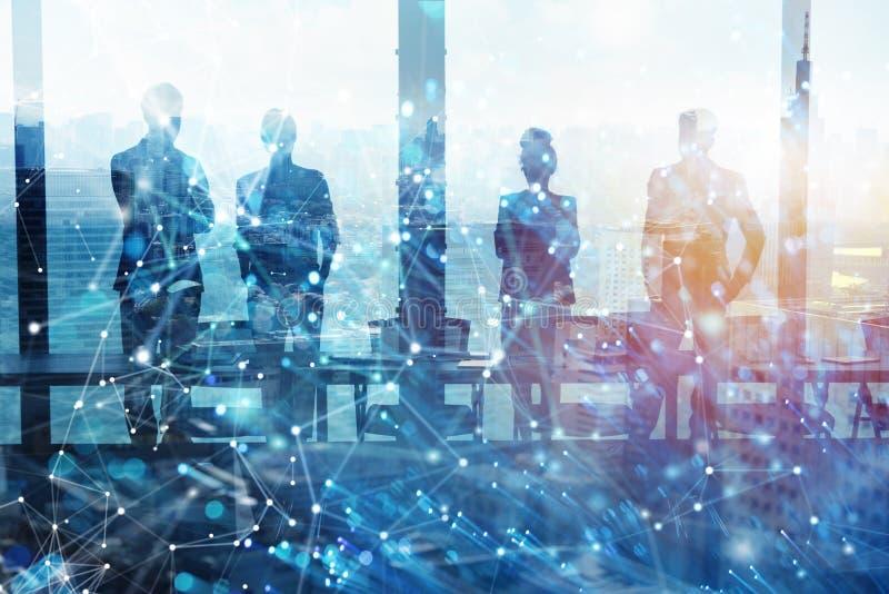 Grupp av aff?rspartnern som s?ker efter framtiden med digital effekt f?r n?tverk arkivbild