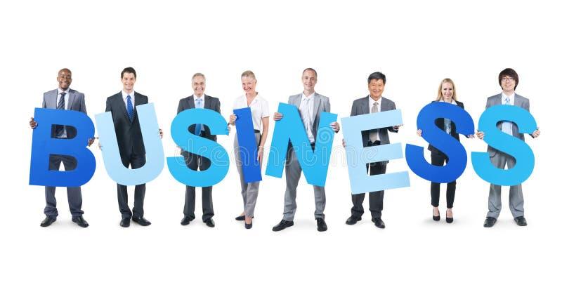Grupp av alfabetet för AFFÄR för affärsfolk det hållande arkivfoton
