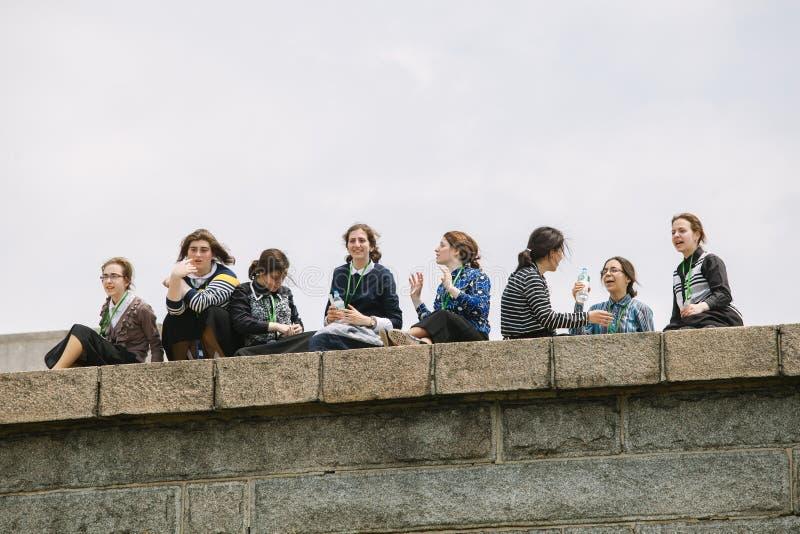 Grupp av Amish unga kvinnor som besöker statyn av frihet, NY arkivbilder
