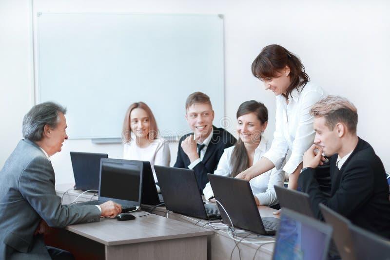 Grupp av anställda som gör utmärkta affärsbeslut arkivbilder