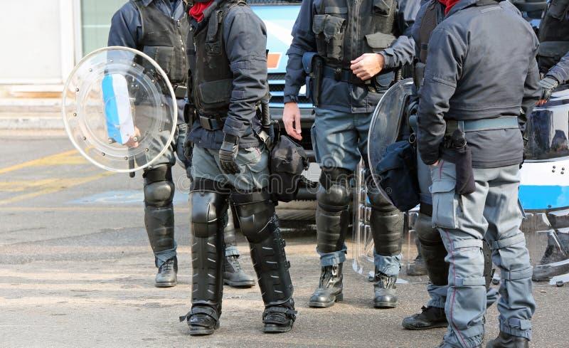 Grupp av anti--tumult poliser med kulor och skyddande s royaltyfri fotografi