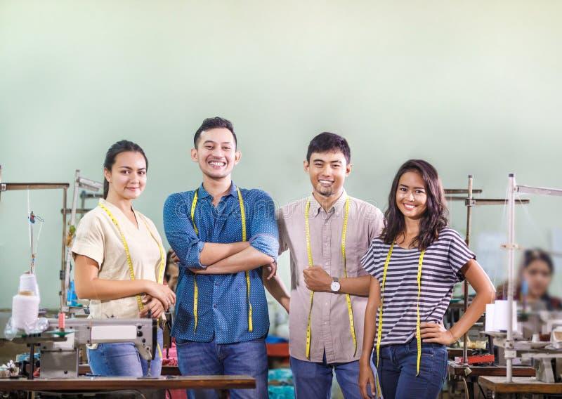 Grupp av arbetare i textilfabrik royaltyfria bilder