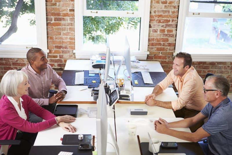Grupp av arbetare på skrivbord i kontor för modern design royaltyfria foton