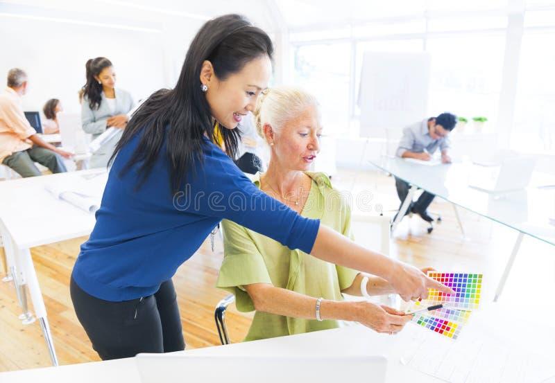 Grupp av arkitekten Working med färgprovkarta arkivbild