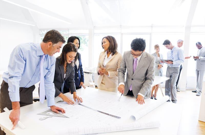 Grupp av arkitekter som arbetar på ett nytt projekt arkivbild
