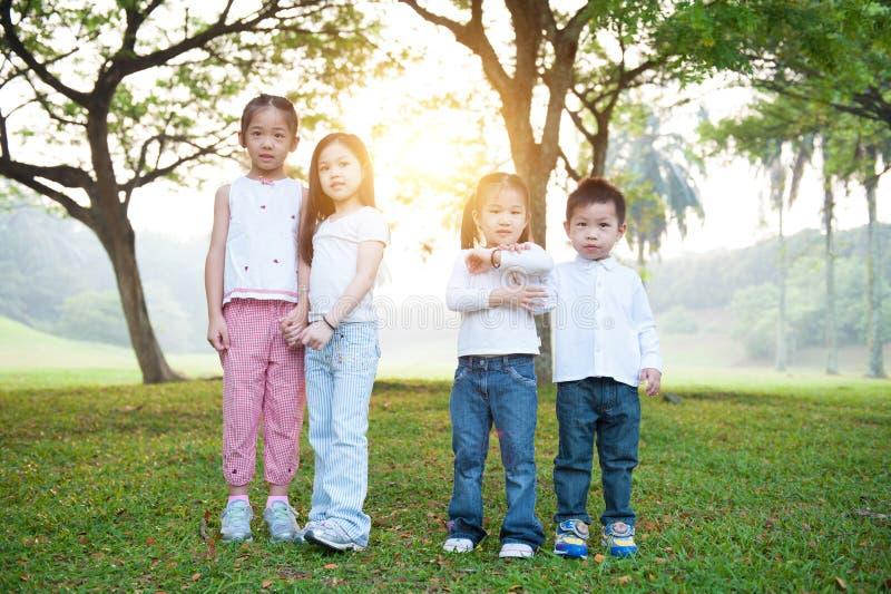 Grupp av asiatiska barn på utomhus- royaltyfria bilder