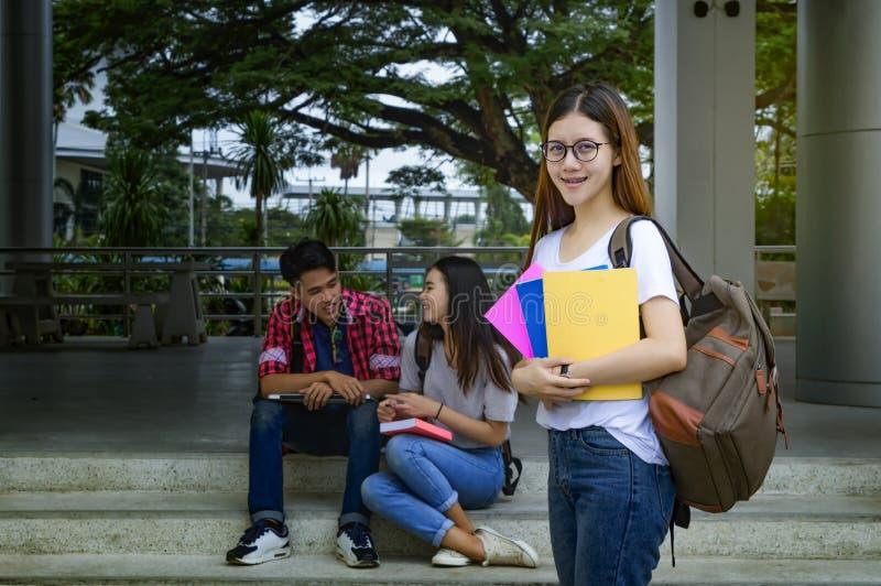 Grupp av asiatiska studenter för universitet som har gyckel royaltyfri bild