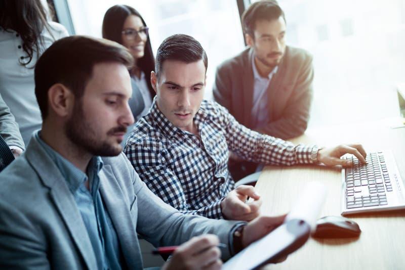 Grupp av att arbeta för affärsfolk och för programvarubärare royaltyfria bilder