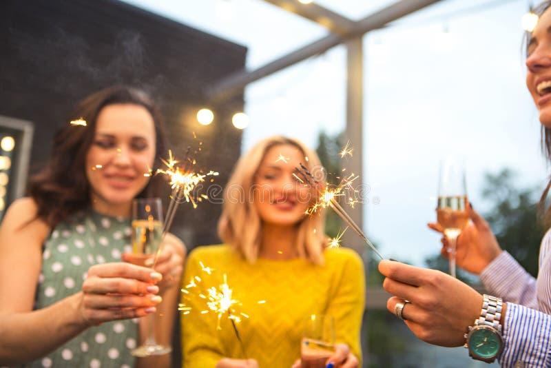 Grupp av att festa flickor med flöjter med mousserande vin och beng fotografering för bildbyråer