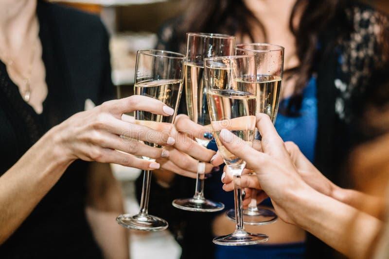 Grupp av att festa flickor som klirrar flöjter med mousserande vin arkivfoto