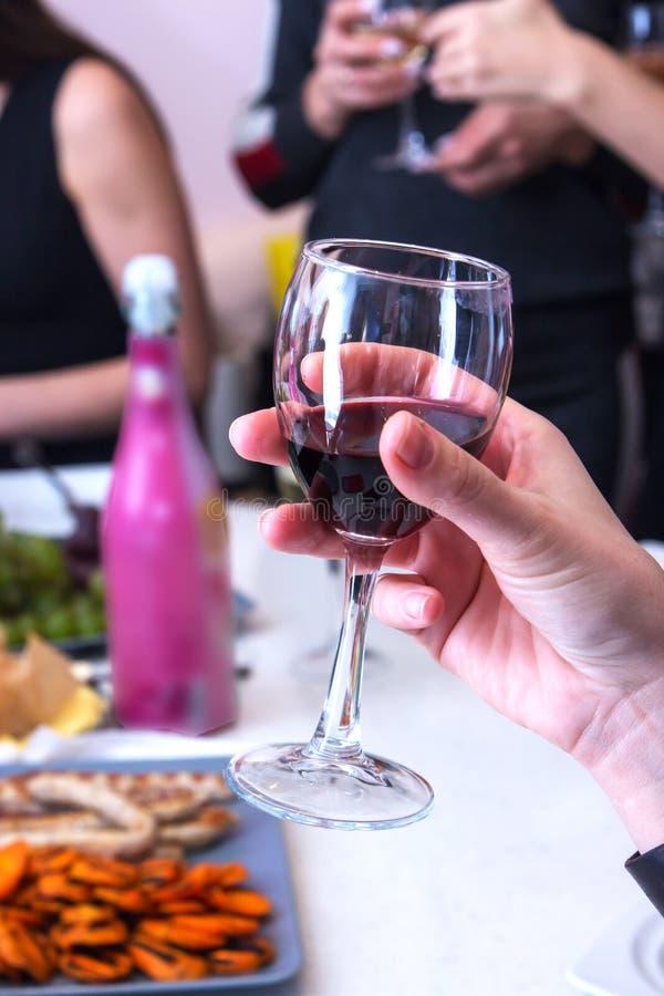 Grupp av att festa flickor som klirrar fl?jter med mousserande vin v?n royaltyfria foton