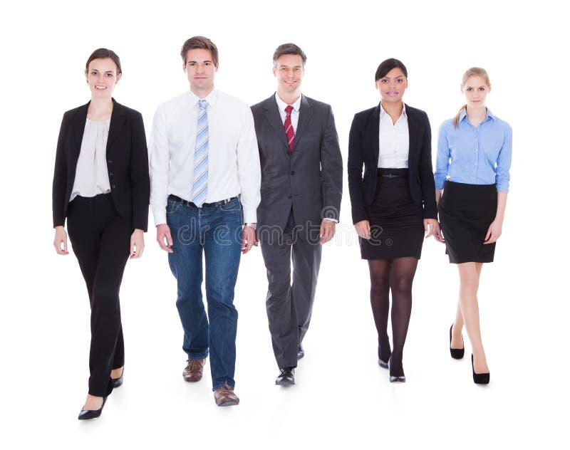 Grupp av att gå för Businesspeople arkivbild