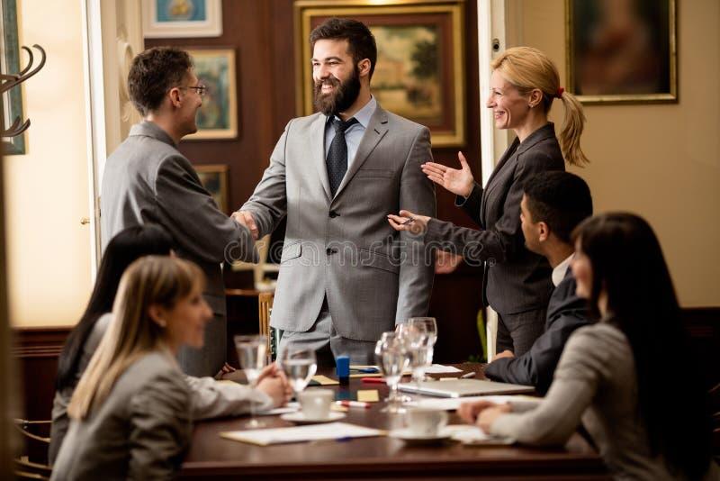 Grupp av att le affärsfolk eller advokater - möte i en offi royaltyfri foto