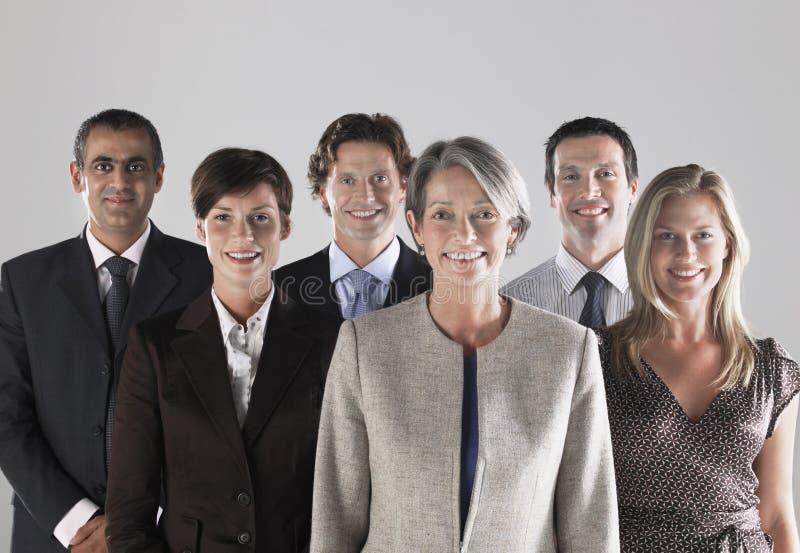 Grupp av att le Businesspeople royaltyfri bild