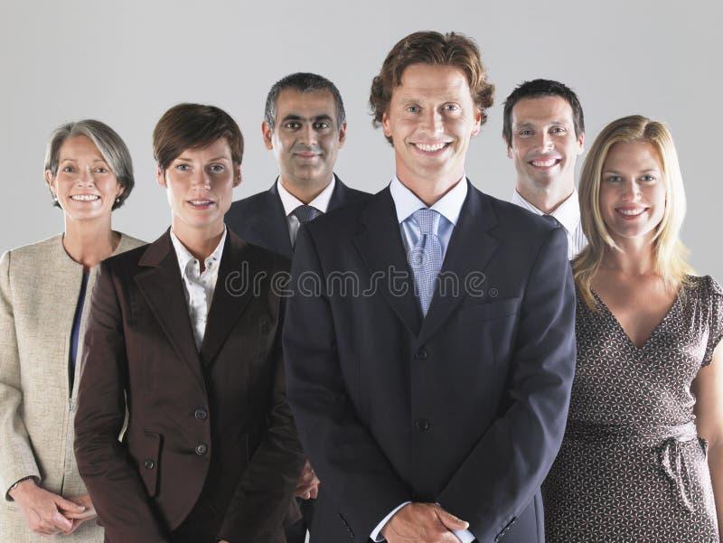 Grupp av att le Businesspeople arkivbild