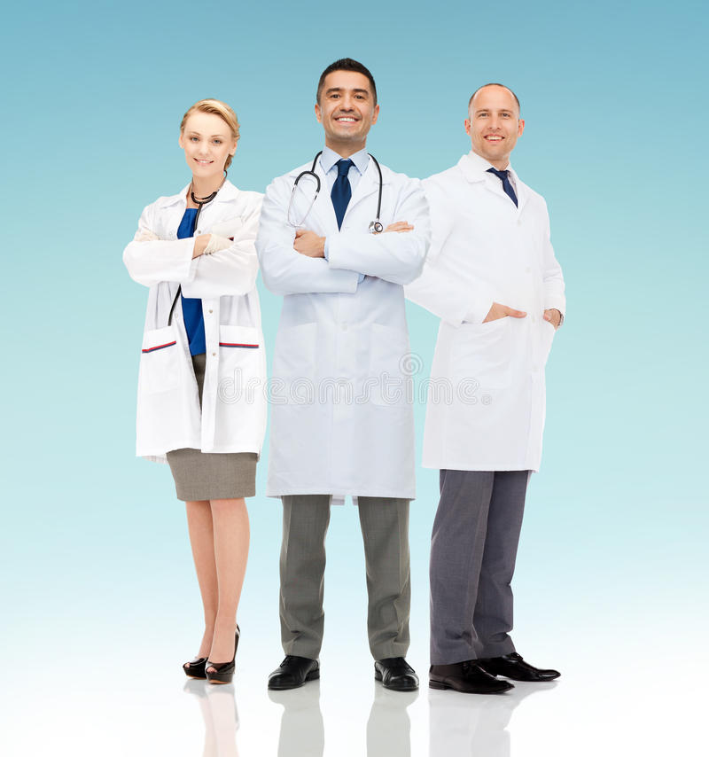 Grupp av att le doktorer i vita lag arkivfoton