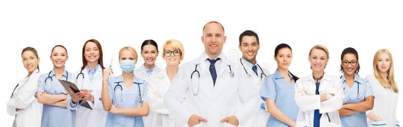 Grupp av att le doktorer med skrivplattan arkivbild