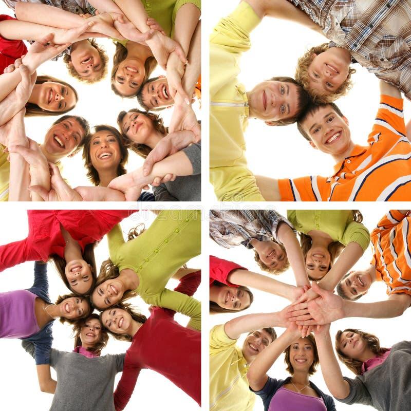 Grupp av att le lyckliga tonåringar på vit arkivfoton