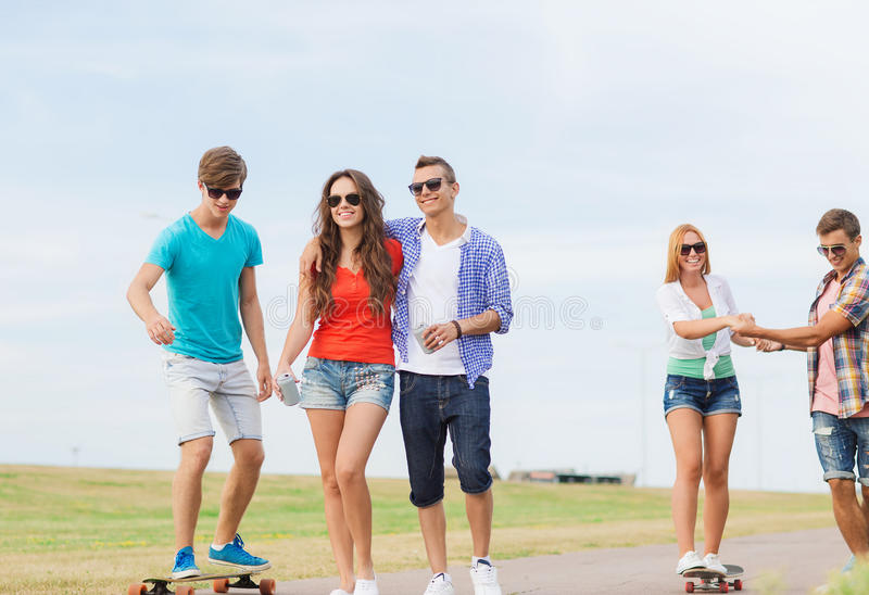 Grupp av att le tonåringar med skateboarder royaltyfri bild
