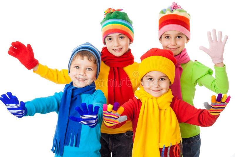Grupp av att le ungar i vinterkläder royaltyfri foto