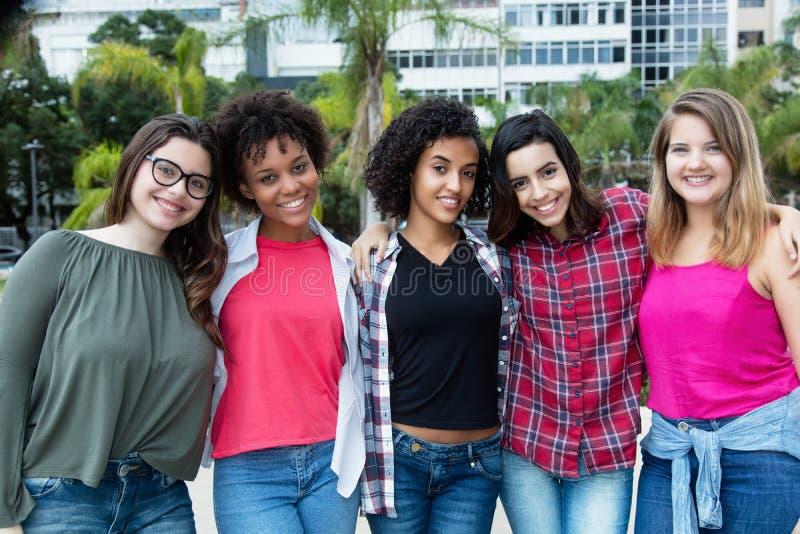 Grupp av att skratta latin - amerikan och afrikanska och arabiska flickor fotografering för bildbyråer