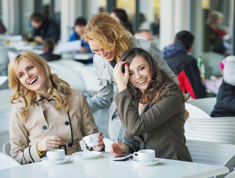 Grupp av att skratta unga kvinnor arkivfoton