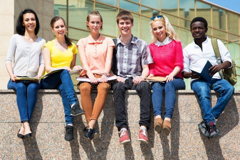 Grupp av att studera för universitetsstudenter royaltyfri foto