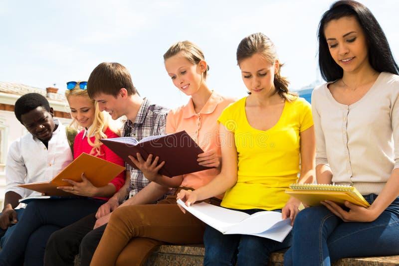 Grupp av att studera för universitetsstudenter royaltyfri fotografi
