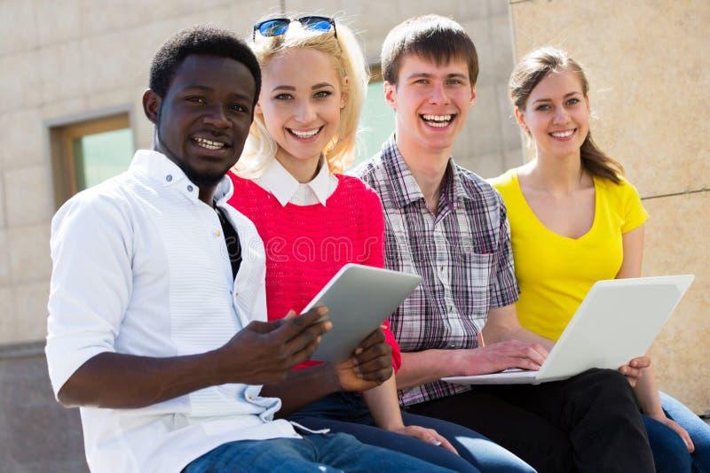 Grupp av att studera för universitetsstudenter arkivbild