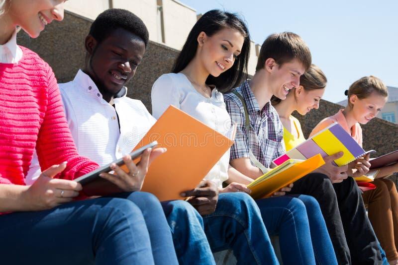 Grupp av att studera för universitetsstudenter royaltyfria bilder