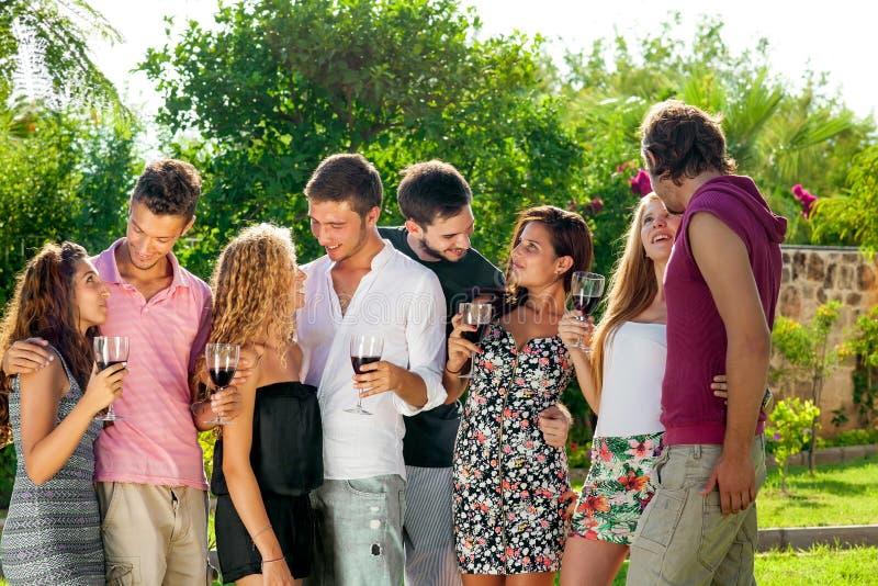 Grupp av att umgås för högskolavänner royaltyfria foton