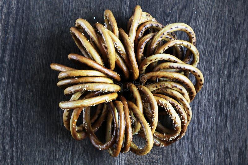 Grupp av baglar med sesam på trätabellen arkivfoto