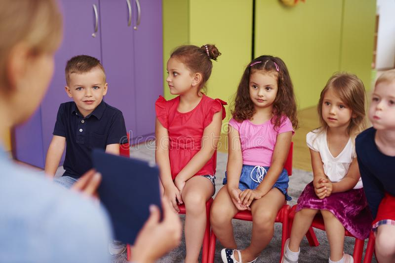 Grupp av barn i förträningen royaltyfri bild