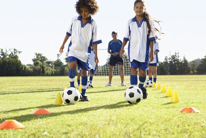Grupp av barn i fotboll Team Having Training With Coach royaltyfri fotografi