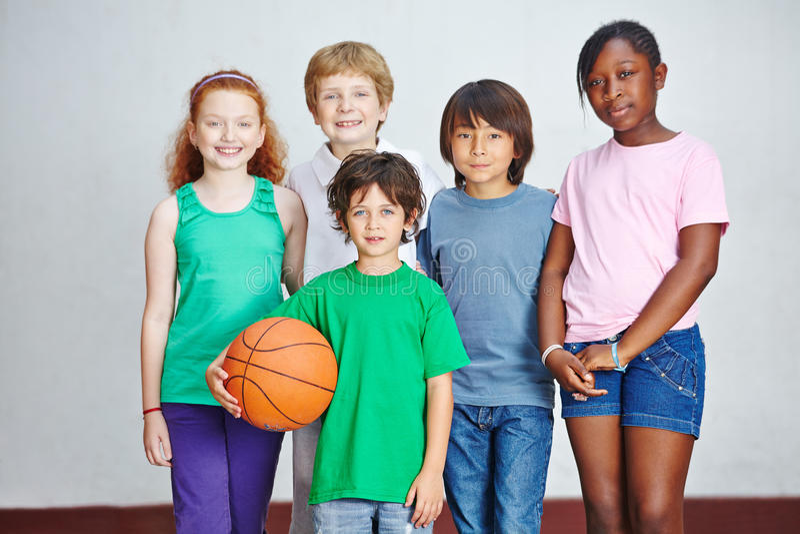Grupp av barn i grundskola royaltyfri foto