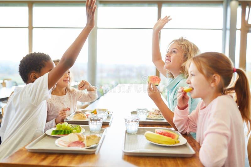 Grupp av barn i kantin på lunch royaltyfri foto