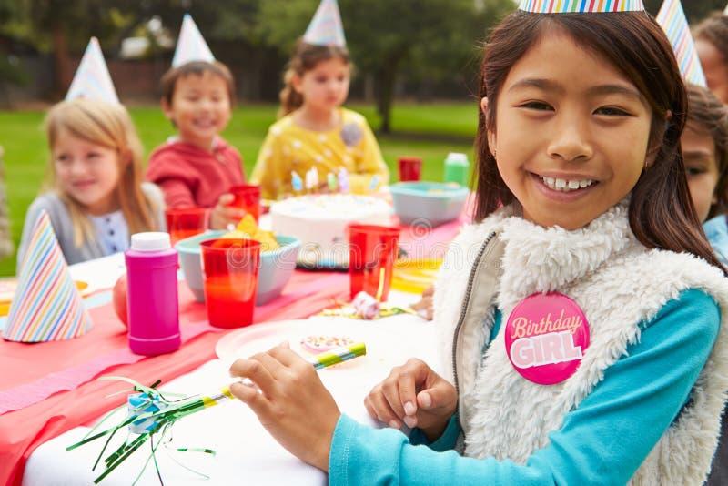 Grupp av barn som har det utomhus- födelsedagpartiet royaltyfri bild