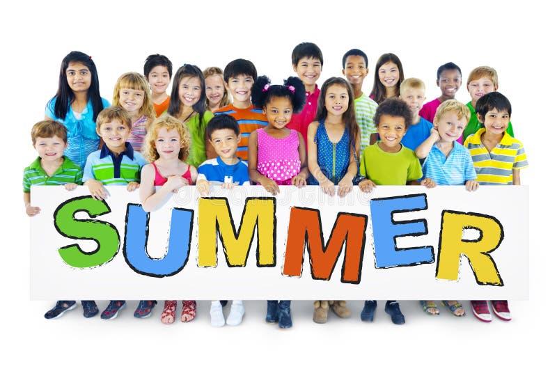 Grupp av barn som rymmer brädet med sommarbegrepp royaltyfri foto