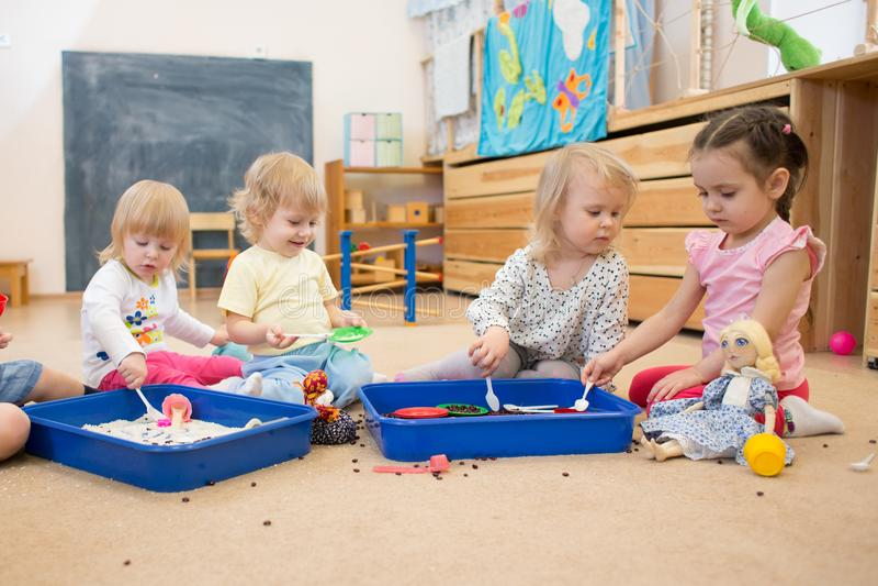 Grupp av barn som spelar i dagis- eller daycaremitt royaltyfria foton