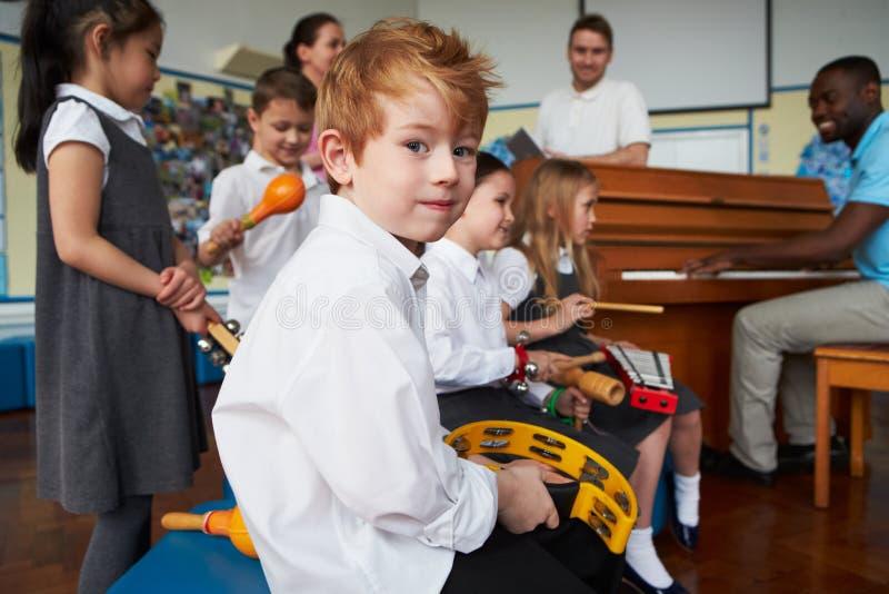 Grupp av barn som spelar i skolaorkester tillsammans fotografering för bildbyråer