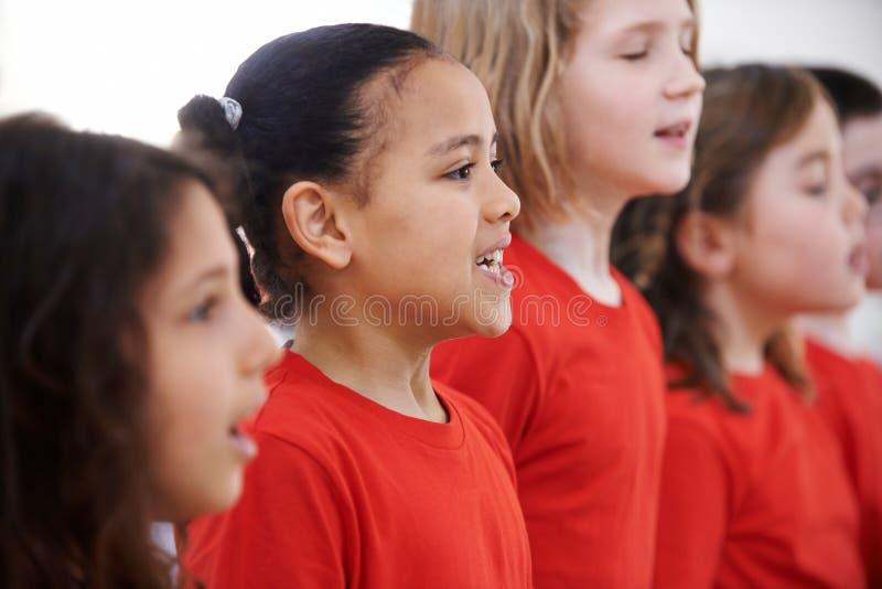 Grupp av barn som tillsammans sjunger i kör royaltyfri fotografi