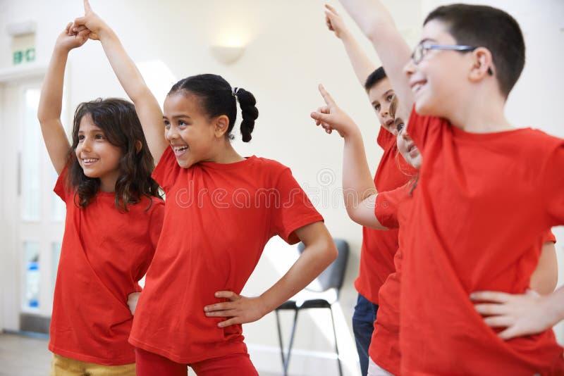 Grupp av barn som tillsammans tycker om dramagrupp royaltyfria foton