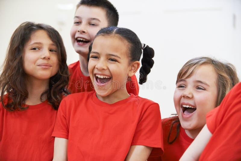 Grupp av barn som tillsammans tycker om dramagrupp royaltyfria bilder