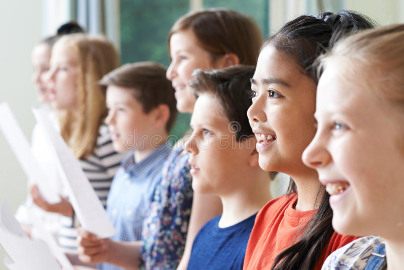 Grupp av barn som tycker om den sjungande gruppen royaltyfria foton