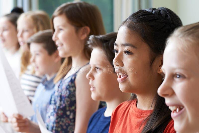 Grupp av barn som tycker om den sjungande gruppen arkivfoto