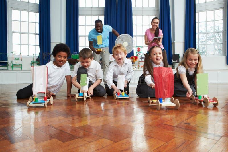 Grupp av barn som ut bär experiment i vetenskapsgrupp royaltyfri bild