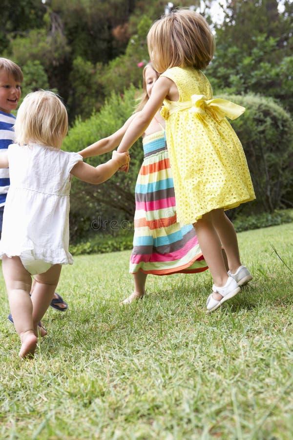 Grupp av barn som utomhus tillsammans spelar royaltyfria bilder