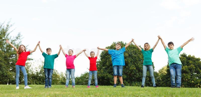 Grupp av barn som visar enhet royaltyfri bild