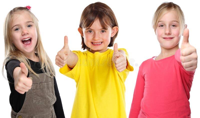 Grupp av barnungar som ler unga liten flickaframgångtummar upp realiteten som isoleras på vit arkivfoto