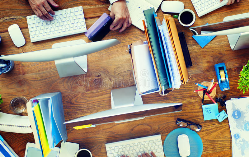 Grupp av begreppet för skrivbord för kontor för affärsfolk det funktionsdugliga arkivbilder